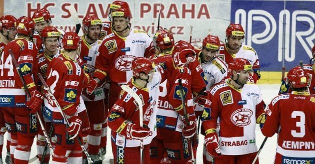 Hokejisté Slavie se radují z výhry nad Plzní.