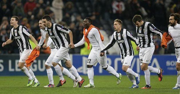 Fotbalisté Juventusu Turín slaví vítězství na hřišti Šachtaru Doněck.
