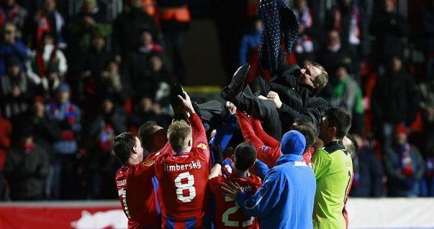 Plzeňští fotbalisté slaví výhru nad Atlétikem Mardid. Trenéra a oslavenece Pavla Vrbu nosili na ramenou.