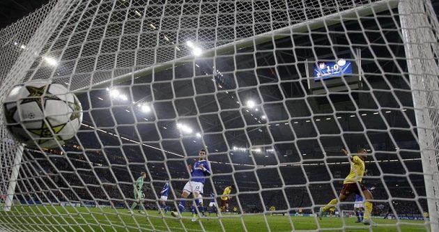 Gól Thea Walcotta z Arsenalu do sítě Schalke.