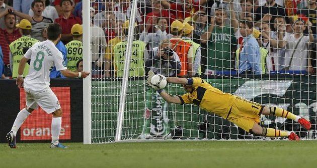 Španělský brankář Iker Casillas chytá penaltu Portugalci Joaau Moutinhovi