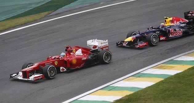 Fernando Alonso (vlevo) takhle bojoval o svou pozici s Markem Webberem.