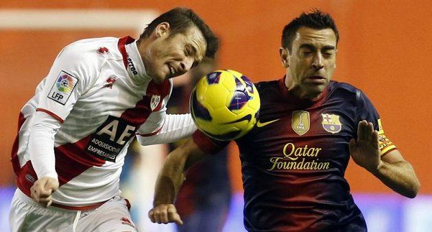 "Roberto Roman ""Tito"" (vlevo) z Vallecana v tvrdém souboji o míč s kapitánem Barcelony Xavim Hernandezem."