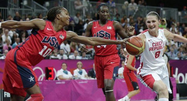 Ilona Burgrová (vpravo) bojuje o míč s Tamikou Catchingsovou z USA