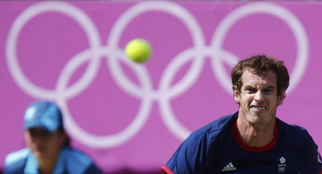 Brit Andy Murray podává ve finále proti Rogeru Federerovi.