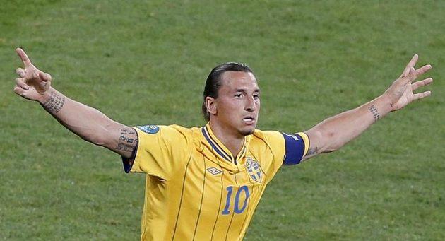 Švédský kanonýr Zlatan Ibrahimovic se raduje z trefy v utkání proti Francii