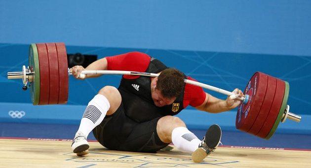 Moment, při němž diváci v narvané ExCel aréně přestali dýchat. Německému vzpěrači Matthiasi Steinerovi spadla činka o váze 196 kg po nepovedeném trhu přímo na krk!