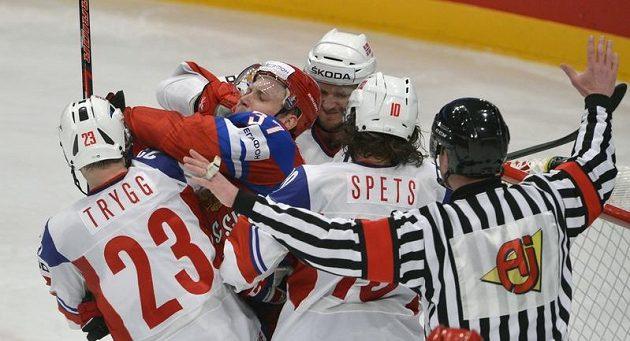 Zleva norský obránce Mats Trygg, ruský útočník Alexandr Perežogin, norští hráči Ole-Kristian Tollefsen a Lars Erik Spets.