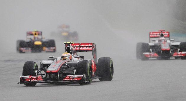 Pilot McLaren Lewis Hamilton při Velké ceně Malajsie před týmovým kolegou Jensonem Buttonem.