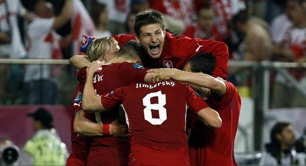 Václav Pilař se se spoluhráči raduje z postupu do čtvrtfinále po výhře nad Polskem.