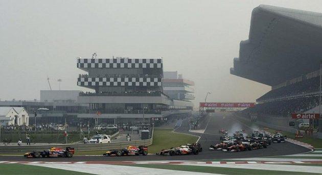 Start závodu proběhl bez problémů - nenastaly žádné kolize. Vettel hned ujel dopředu a už před sebe nikoho nepustil