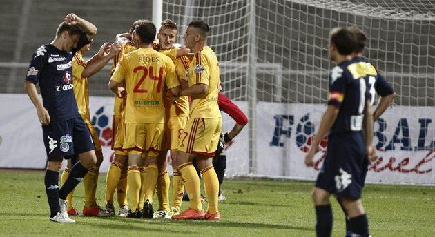 Fotbalisté Dukly Praha se radují z branky do sítě Slovácka.
