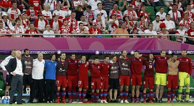 Česká střídačka sleduje poslední vteřiny zápasu s Polskem.