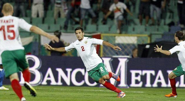 Bulharský fotbalista Stanislav Manolev se raduje z branky v kvalifikačním utkání proti Itálii.