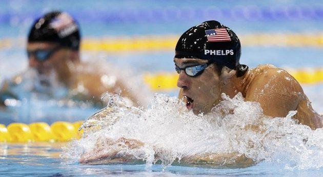 Michael Phelps na trati finále olympijského polohového závodu na 200 m v souboji s krajanem Ryanem Lochtem