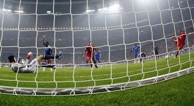 V tomto okamžiku už sice Franck Ribéry posílá míč do odkryté branky Petra Čecha, ale sudí gól neuznali kvůli ofsajdu
