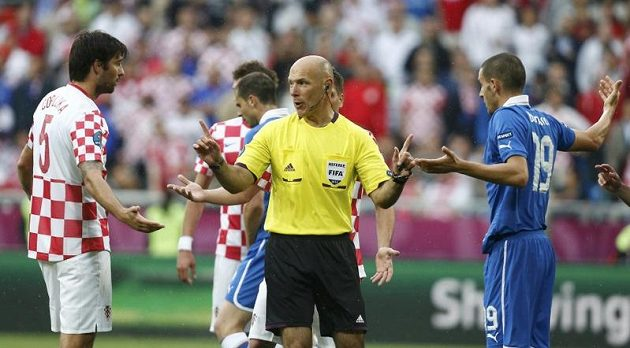 Rozhodčí Howard Webb srovnává Chorvata Čorluku (vlevo) a Bonucciho z Itálie
