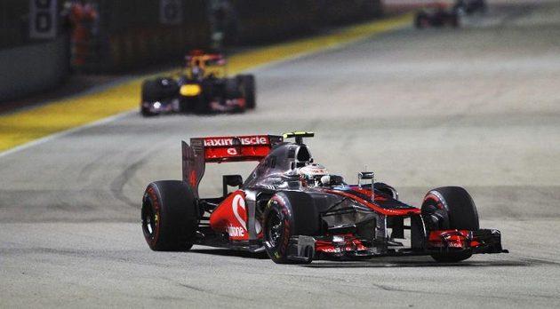 Třetinu závodu vévodil Lewis Hamilton na mclarenu Velké ceně Singapuru (za ním jeho stín Sebastian Vettel)