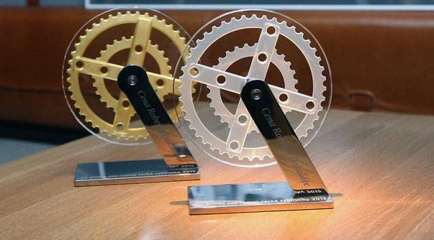 Paralympionik Ježek získal stylizovaný cyklistický převodník ze skla a chromu, převodník určený Kulhavému byl pozlacen čtyřiadvacetikarátovým zlatem.