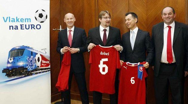 Zleva Petr Žalouda (generální ředitel ČD), Pavel Dobeš (ministr dopravy), Gustav Slamečka (šéf ČD Cargo) a Miroslav Pelta (šéf FAČR).