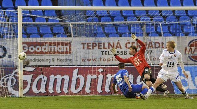 Miloš Bosančić z Liberce, brankář Baníku Vít Baránek a Michal Frydrych z Baníku sledují míč, který se po akci Liberce zastavil o tyč.