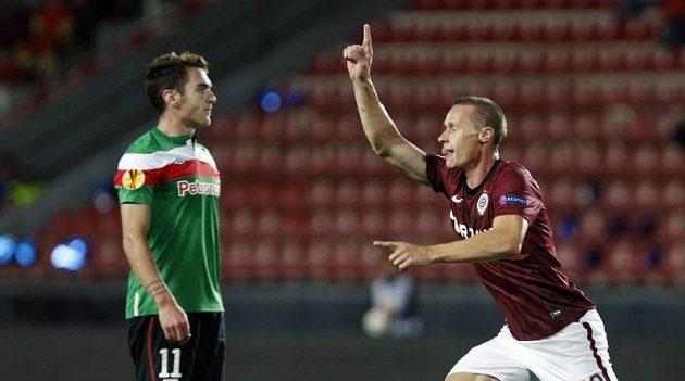 Sparťanský obránce Tomáš Zápotočný (vpravo) se raduje ze vstřelení gólu do sítě Bilbaa. Vlevo smutně přihlíží Ibai Gómez z Bilbaa.