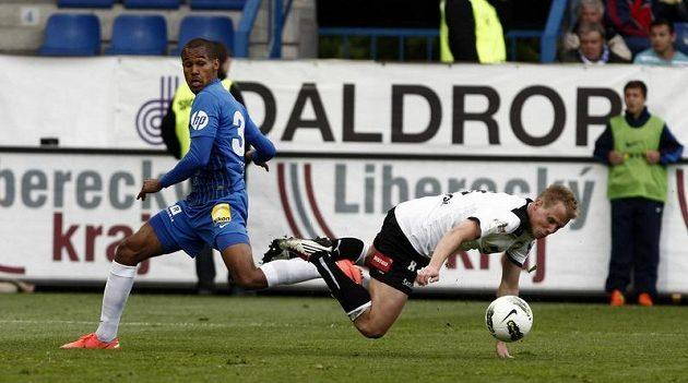 Liberecký Gebre Selassie (modrý) a plzeňský Limberský v souboji v posledním kole Gambrinus ligy.