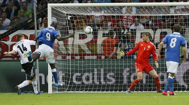 Mario Balotelli (druhý zleva) střílí gól do německé sítě.