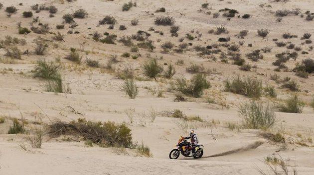 Francouzský motocyklista Cyril Despres hledá ideální stopu.