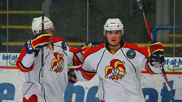 Petr Kalus z Jokeritu Helsinky (vpravo) se raduje ze své branky proti Spartě.