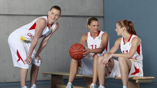 Basketbalistky zleva Kateřina Bartoňová, Petra Kulichová a Kateřina Elhotová a při focení nových dresů pro evropský šampionát