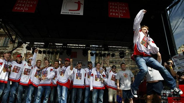 Čeští hokejisté slaví na Staroměstském náměstí, v popředí Jan Marek