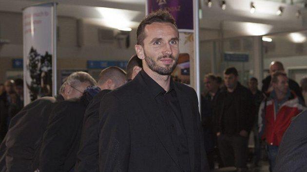 Tomáš Sivok čeká na zavazadlo po příletu do Podgorici.