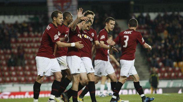 Fotbalisté Sparty blahopřejí Andreji Keričovi k brance (třetí zleva).
