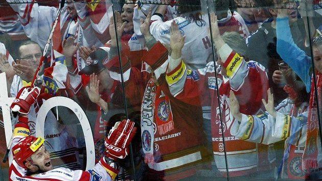 Třinecký Martin Růžička slaví druhý gól do sítě Slavie, ale k výhře svého týmu nakonec nepomohl.