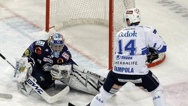 Brankář Liberce Marek Pinc kryje šanci plzeňského Petra Vampoly v pátém utkání čtvrtfinále play-off.