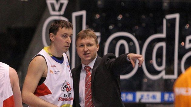 Basketbalista Pardubic Pavel Miloš s trenérem Janem Slowiakem.
