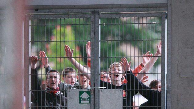 Fanoušci Slavie museli zůstat při utkání proti Příbrami za branami stadiónu. Utkání sledovali přes mříže.