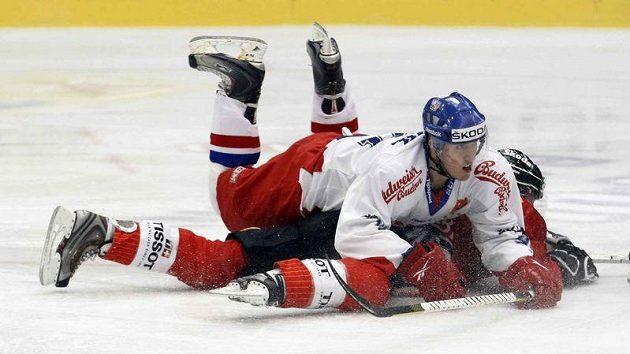 Marek Kvapil v zápase se Švýcarskem.