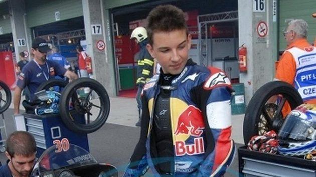 Jakub Kornfeil při přípavě motocyklu v boxech.