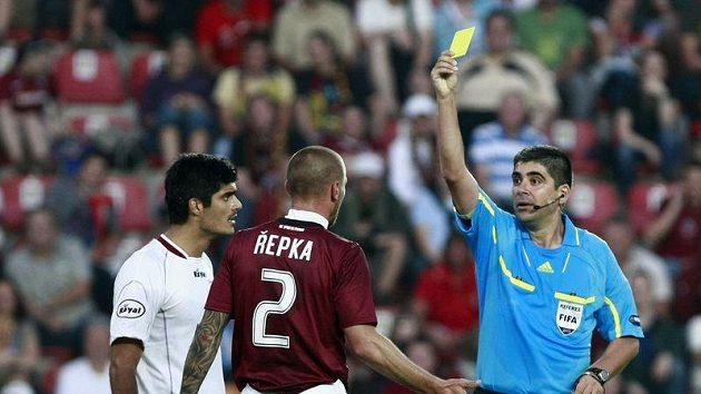Tomáš Řepka ze Sparty (uprostřed) inkasuje žlutou kartu v utkání s FK Sarajevo.