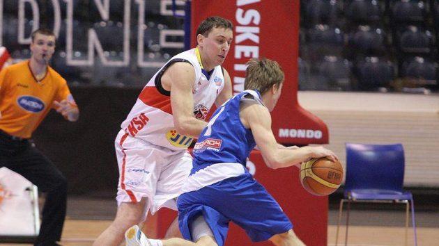 Basketbalista Pardubic Pavel Miloš (v bílém) v zápase s USK Praha.