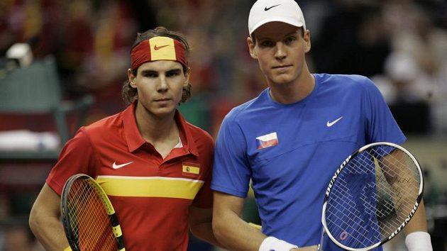 Tenisté Rafael Nadal ze Španělska (vlevo) a Čech Tomáš Berdych před vzájemným zápasem ve finále Davis Cupu.