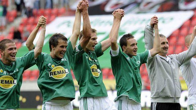 Hráči Bohemians se s trenérem Pavlem Medynským (vpravo) radují z vítězství nad Plzní.