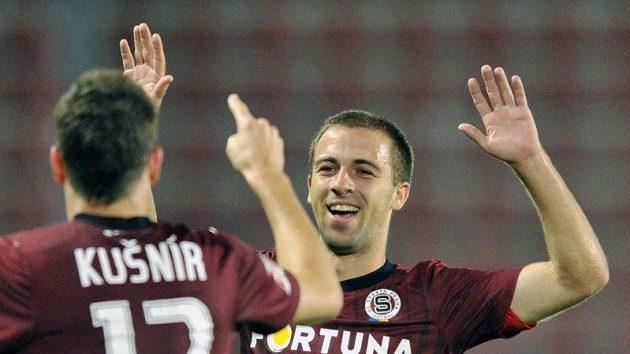 Sparťané Ondřej Kušnír (vlevo) a střelec branky Josef Hušbauer se radují po třetím gólu.