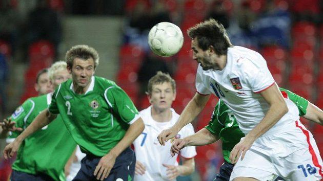 Tomáš Sivok hlavičkuje v utkání proti Severnímu Irsku