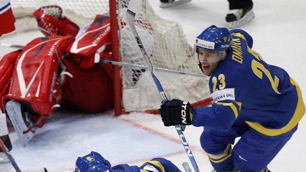Johan Harju se raduje z branky do sítě České republiky v semifinále mistrovství světa.