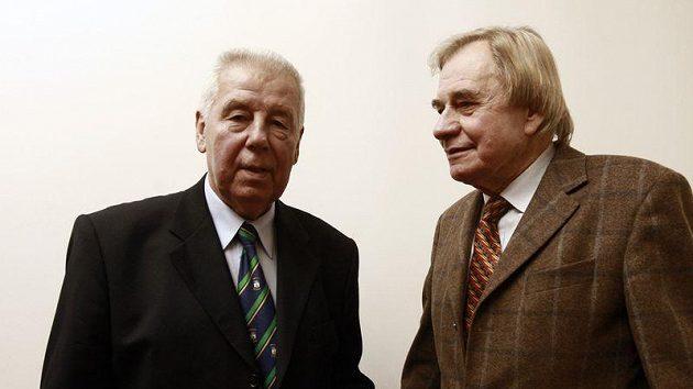 Josef Masopust (vlevo) spolu s bývalým spoluhráčem Ivo Urbanem.