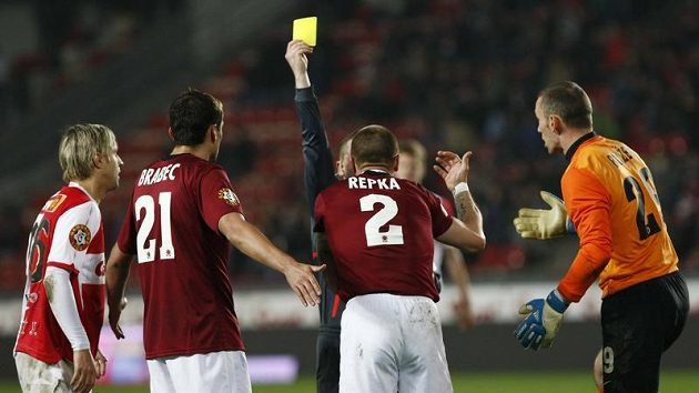 Fotbalisté Sparty Erich Brabec, Tomáš Řepka a Jaromír Blažek diskutují s rozhodčím kvůli žluté kartě v odvětě čtvtfinále Ondrášovka Cupu se Slavií.