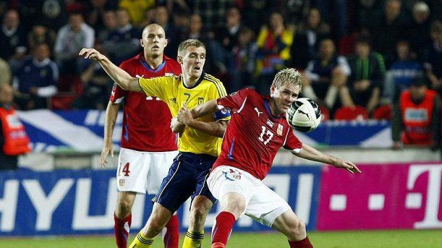Tomáš Hübschman (vpravo) se snaží odstavit od míč skotského kapitána Fletchera.